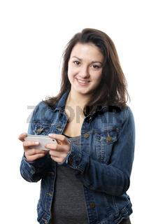 junge Frau spielt mit ihrem Smartphone