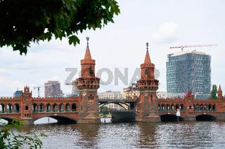 Die Oberbaumbrücke über den Fluss Spree in Berlin