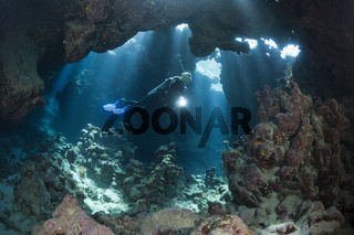 Taucher in Unterwasserhoehle, Aegypten