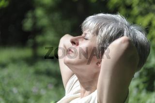 Seniorin im Sonnenlicht