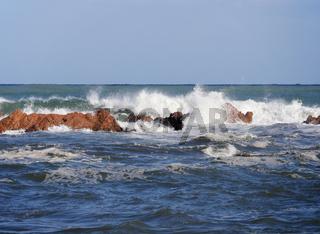 Brandung an der Küste am Strand von la Spiaggetta