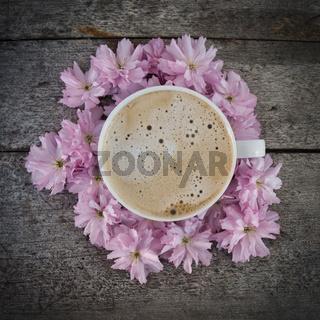 Kaffee auf Blüten