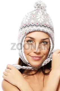 lächelnde schöne frau mit wintermütze