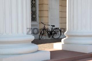 Fahrrad vor Staatsarchiv Säulen in Darmstadt