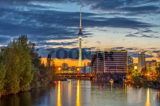 Die Skyline von Berlin mit dem berühmten Fernsehturm in der Dämmerung
