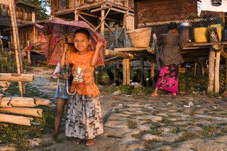 Kinder in Set Yaik - Dorf am Ayeyarwady, Mandalay, Shan-Staat, Myanmar, Asien