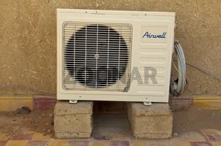 Klimaanlage, Aussengerät auf dem Dach einer Kasbah, Erg Chebbi, Merzouga, Marokko, Nordafrika, Afrika