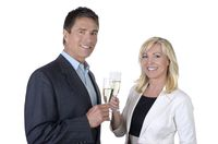 Geschäftsmann und Business Frau stoßen mit Sekt an