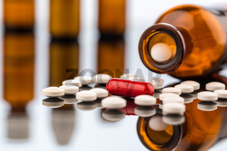 Viele Tabletten mit Behälter
