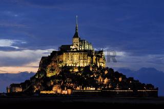 Frankreich: Le Mont St. Michel bei Nacht
