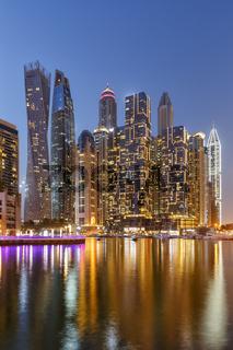 Dubai Marina Hafen Skyline Architektur Urlaub in Vereinigte Arabische Emirate bei Nacht Hochformat