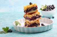 Delicious berry pie with streusel.