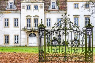 Altes Herrrenhaus hinter verschlossenem Tor