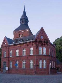 Stadtkirche und altes Postamt in der Stadt Sternberg, Mecklenburg-Vorpommern, Deutschland