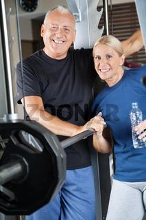 Seniorenpaar im Fitnesscenter