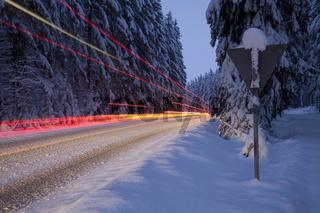 Verkehr bei Eis und Schnee in der Nacht