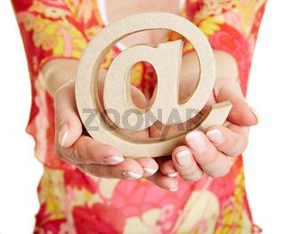 Hände mit At Zeichen als Symbol für Kommunikation