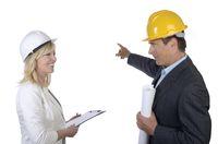 Architekt und Architektin besprechen Baustelle