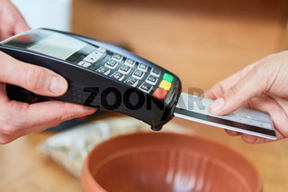 Mobile Payment mit Kreditkarte im Baumarkt