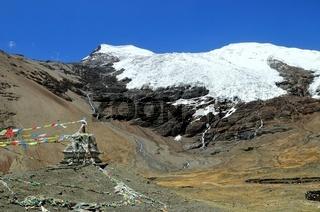 Karola-Gletscher mit Stupa und Gebetsfahnen  Tibet China
