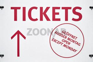 Hinweisschild mit Richtungspfeil zum Ticketverkauf