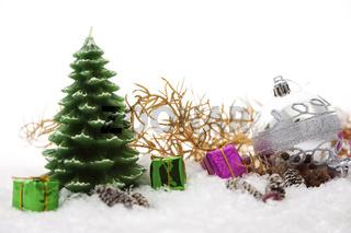 Goldene Weihnachtsdeko mit Schnee, Geschenken und Kugeln