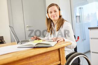 Frau im Rollstuhl als Studentin am Computer beim E-Learning