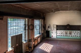 Maschinenhalle und Schalttafel in einem historischen Kraftwerk