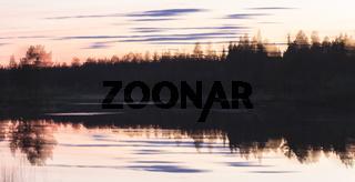 Abendstimmung an einem Waldsee, Wischeffekt, abstrakt, Lappland, Schweden