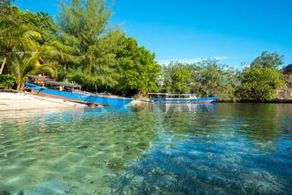 Boote am Strand der kleine Insel Poyalisa die Teil des Togian Archipels auf Sulawesi ist