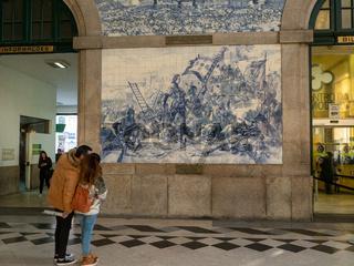 Bahnhof Sao Bento - Wand mit historischen Szenen auf Azulejo-Kacheln - Porto