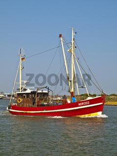 Krabbenkutter verlaesst Norderney
