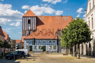 wusterhausen, deutschland - 03.06.2020 - marktplatz mit kirche st. peter und paul