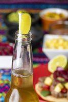 Limette in einem Bier mit mexikanischer Tortilla und Salsas