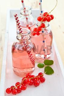 Frische Limonade in kleinen Flaschen