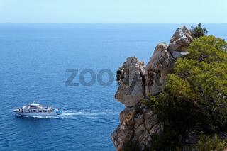 Vorbeifahrendes Boot auf Mallorca