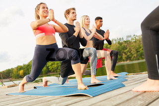 Junge Leute machen eine Übung mit Ausfallschritt