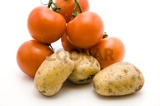 Rote Tomaten mit Kartoffeln