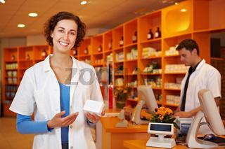 Apothekerin empfiehlt Medikament