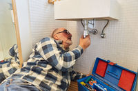 Klempner repariert defekten Abfluss vom Waschbecken