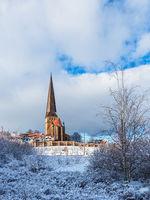 Blick auf die Petrikirche im Winter in der Hansestadt Rostock