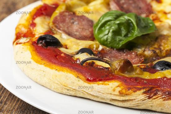 Nahaufnahme einer Pizza mit Basilikumblatt