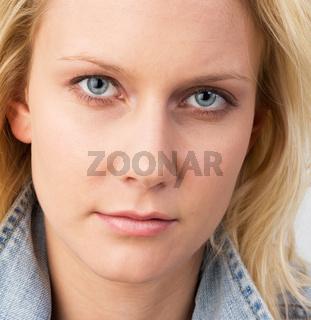 Hübsche junge blonde Frau