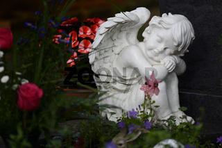 Weißer Marmor Engel zwischen Blumen und Figuren