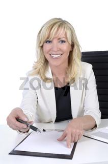 Hübsche Geschäftsfrau mit Vertrag zum Unterzeichnen