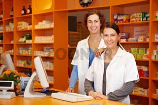 Apothekerin und PTA gemeinsam in Apotheke