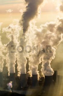 Rauchsaeulen von einem Kraftwerk im Ruhrgebiet.