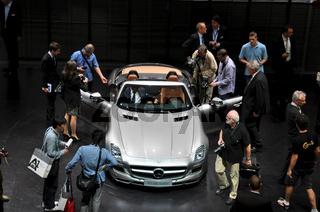 Publikum auf der IAA bei Mercedes SLS AMG Roadster