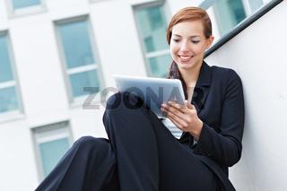 Studentin mit Tablet Computer