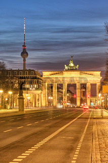 Das berühmte Brandenburger Tor in Berlin in der Dämmerung